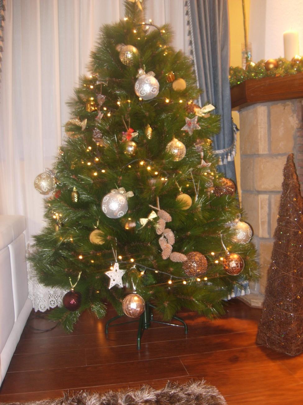 Detalles Dorados y Plateados en Arbol de Navidad