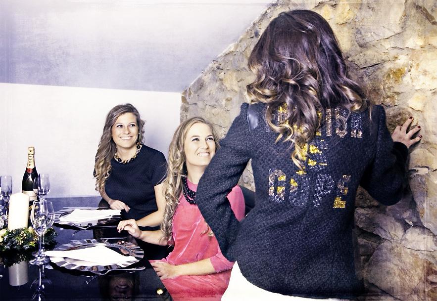 Vestido Alba de Alba CondeVestido Carla de Hoss Intropia y Collar de Twin-Set